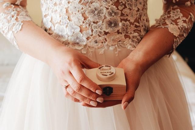 Detalhe da noiva segurando joia de casamento